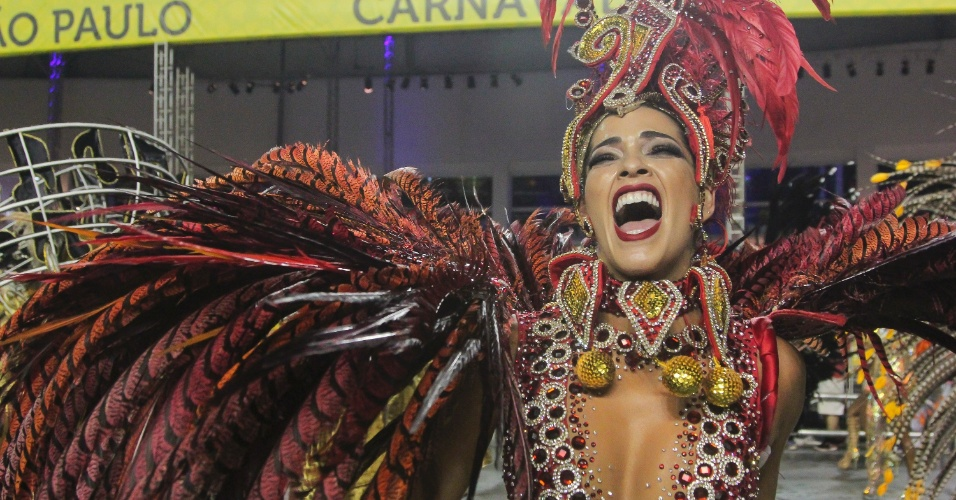 6.fev.2016 - Nuelle Alves canta animada o samba enredo da Unidos do Peruche, que homenageia os cem anos do samba