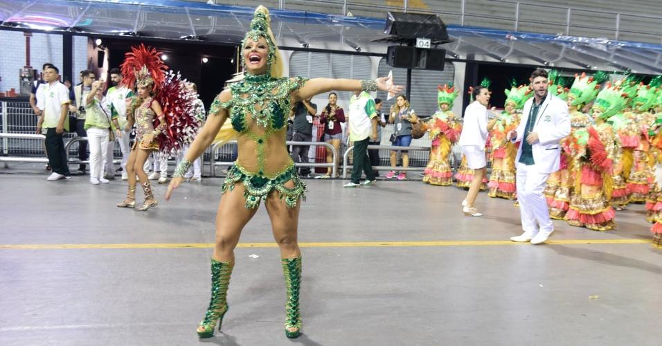 8.fev.2016 - Rainha de bateria, Viviane Araújo desfila no Anhembi pela Mancha Verde, que levou para a avenida um samba-enredo sobre Mato Grosso