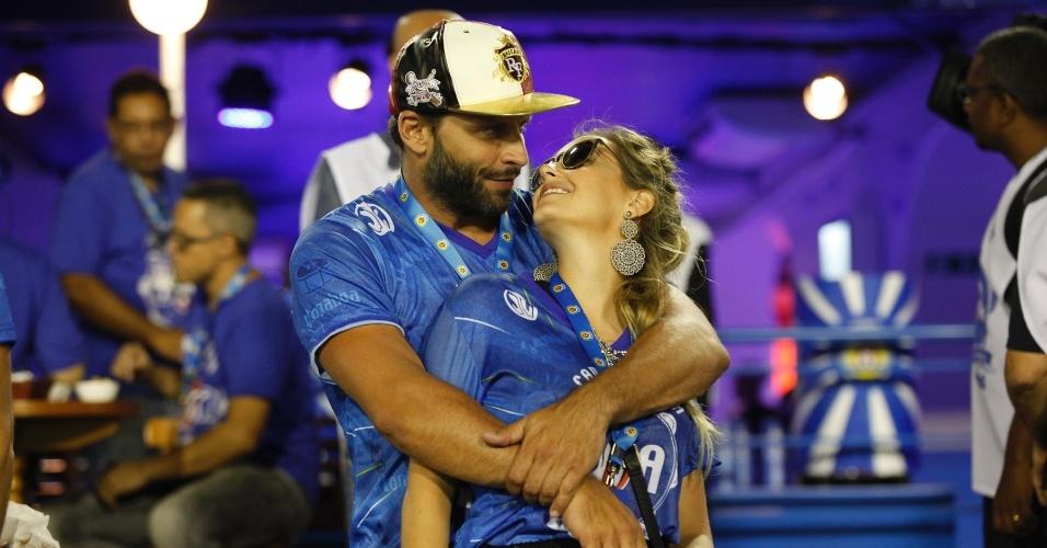 13.fev.2016 - Ator Henri Castelli e a namorada, Maria Fernanda Saad, namoram em camarote na Sapucaí. Casal foi ao sambódromo para acompanhar o desfile das campeãs do Carnaval do Rio