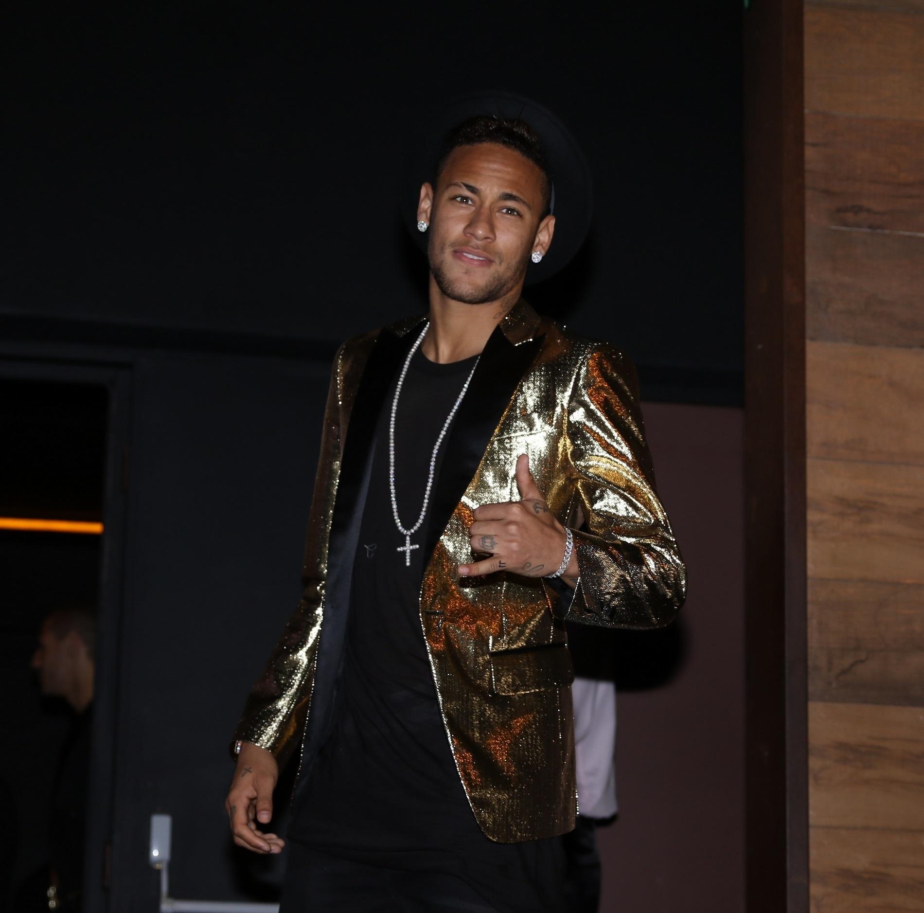7.mar.2016 - Neymar posa para fotos ao chegar para a festa de aniversário da irmã Rafaella Santos no Villa Mix, em São Paulo