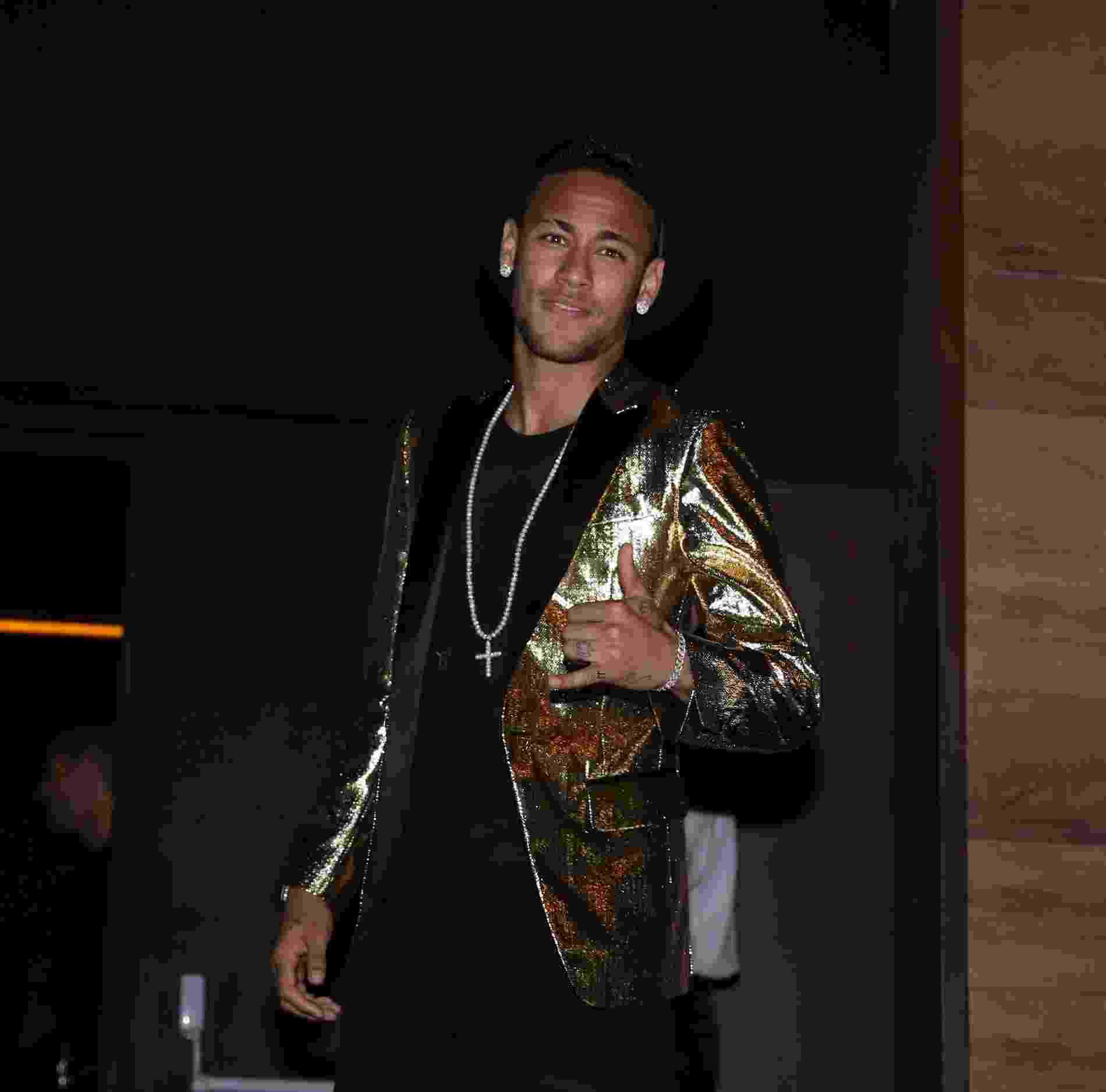 7.mar.2016 - Neymar posa para fotos ao chegar para a festa de aniversário da irmã Rafaella Santos no Villa Mix, em São Paulo - Francisco Cepeda/AgNews