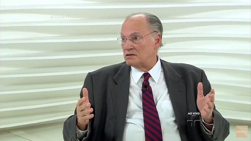 28.nov.2016 - Ministro da Cultura Roberto Freire critica veto de Chico Buarque a música no