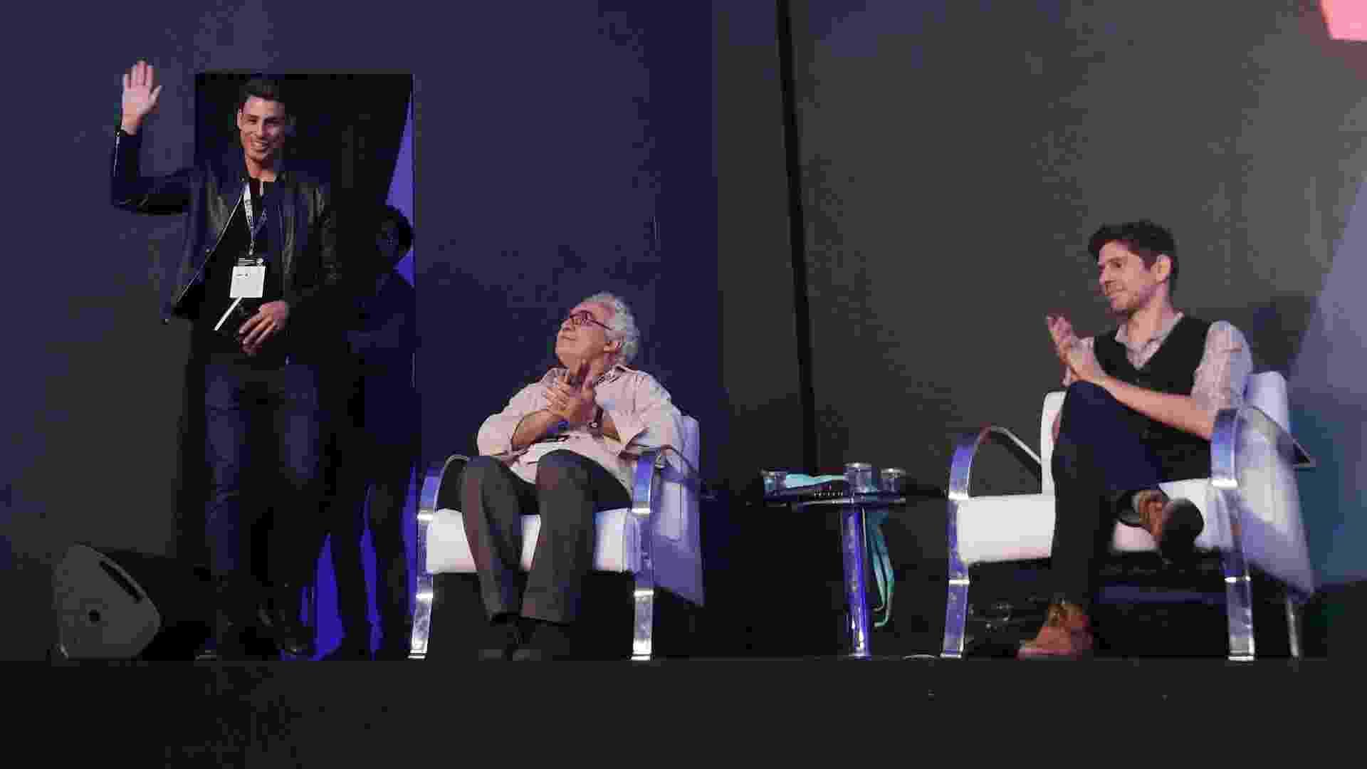 """2.dez.2016 - Galã invade a CCXP: Cauã Reymond fala da """"Dois Irmãos"""" em painel com o autor da obra, Milton Hatoum (sentado à esq.), e os quadrinistas Fábio Moon e Gabriel Bá - Ricardo Matsukawa/UOL"""