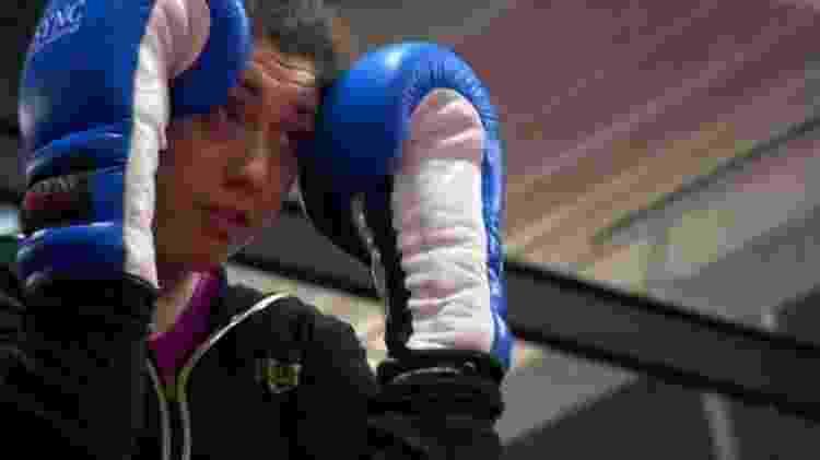 Principal motivação de Judith foi ameaça de perder guarda dos filhos de 5 e 7 anos; kickboxing é a atividade que a esta levando, aos poucos, de volta à vida fora de Amy's Place - BBC - BBC