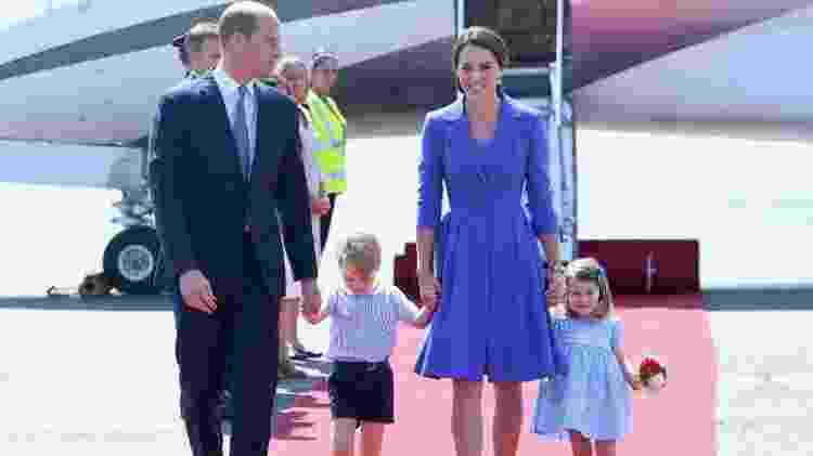 William, George, Kate e Charlotte adotaram o azul na chegada a Berlim - Getty Images - Getty Images