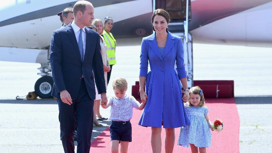 Príncipe William, George, Kate e Charlotte durante viagem - Getty Images
