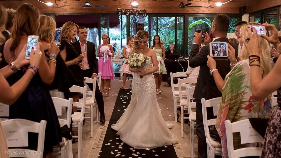 Laura Mesi se casa com ela mesma em cerimônia na Itália - Reprodução/Facebook