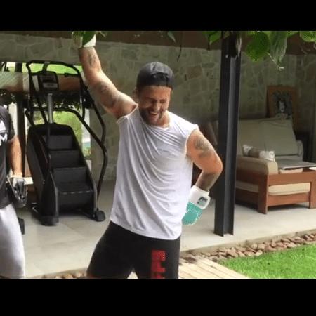 Bruno Gagliasso faz dancinha após treino - Reprodução/Instagram