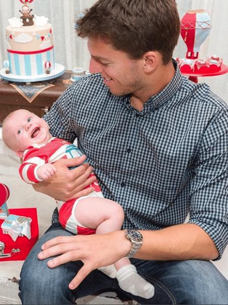 O jogador Amaury Nunes com Enrico Bacchi, filho da namorada Karina Bacchi - Fabio Cerati/Reprodução Instagram