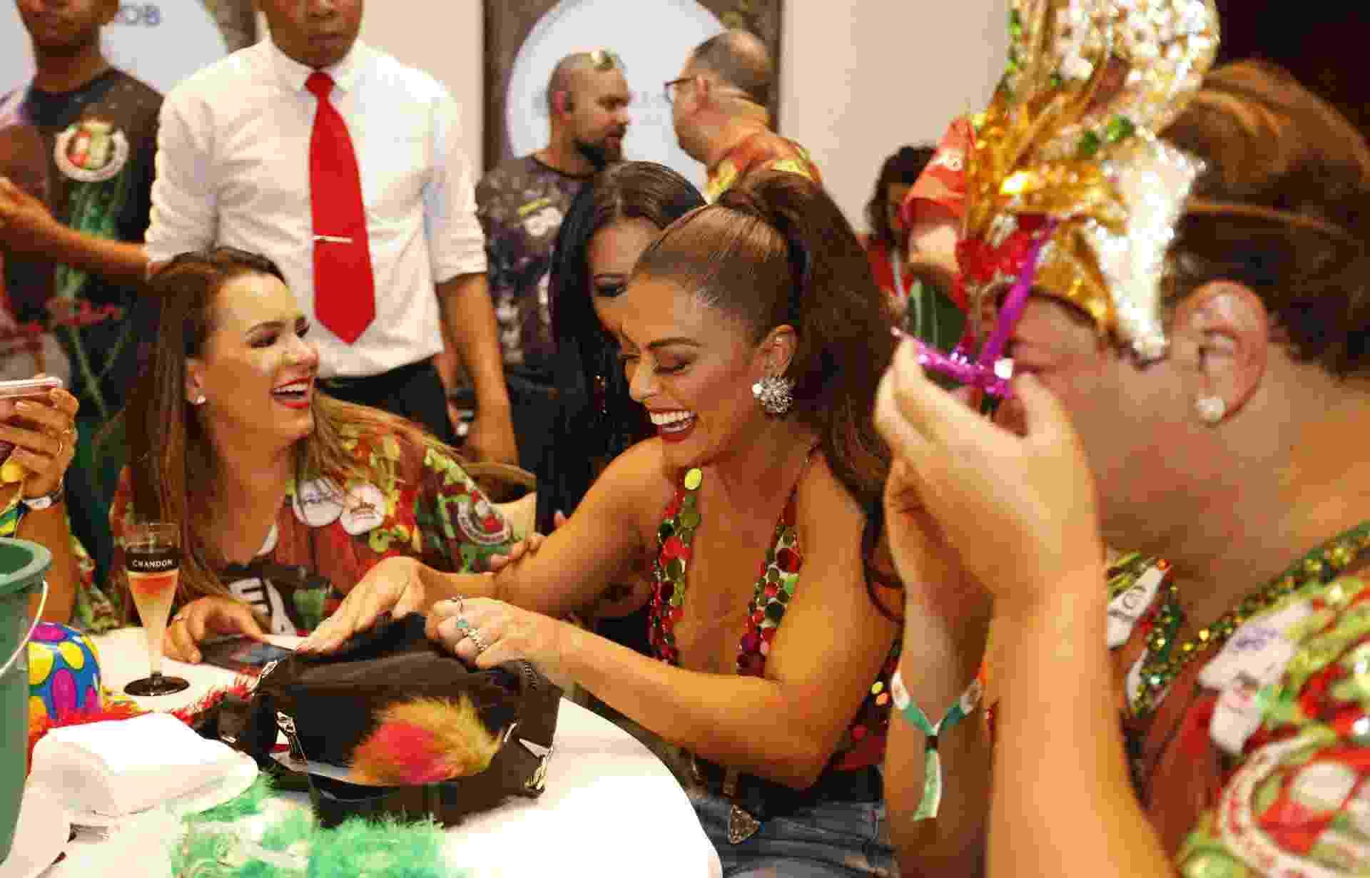 Juliana Paes se diverte com David Brazil na feijoada da Grande Rio, realizada pela escola de samba da qual a atriz é rainha de bateria, em um hotel em São Conrado, zona sul do Rio de Janeiro - Marcelo de Jesus/UOL