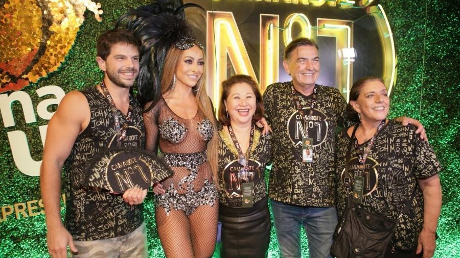 Leda Nagle (dir.) foi acompanhar Sabrina e a família no camarote CarnaUOL RJ/N1 - Gianne Carvalho/UOL