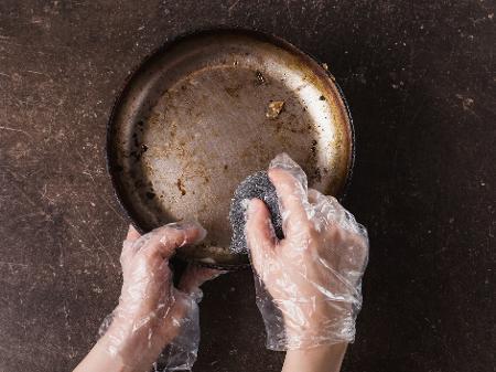 Lavar panela engordurada com água quente resolve mesmo? Saiba mais - 01/11/2020 - UOL TILT