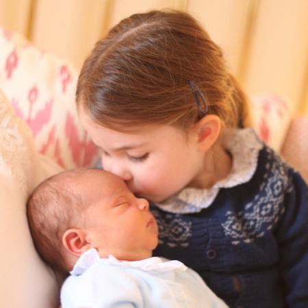 A princesa Charlotte com o príncipe Louis no colo - Getty Images