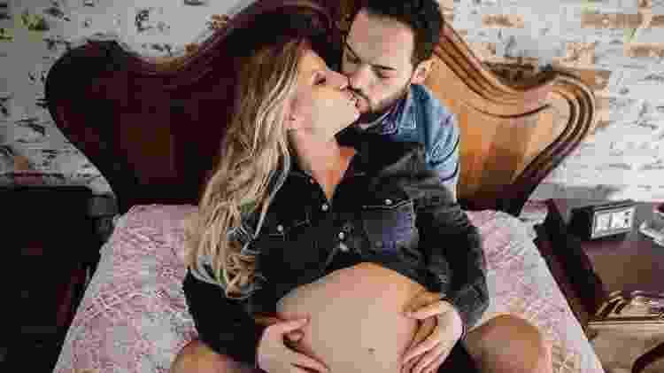 Matheus Ceará posa com a mulher, Bianca, grávida de nove meses - Monique Angelis/Divulgação - Monique Angelis/Divulgação