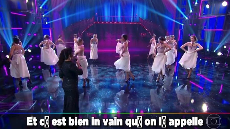 Carmen Monarcha canta em francês, mas legenda aparece com erros - Reprodução/Globo