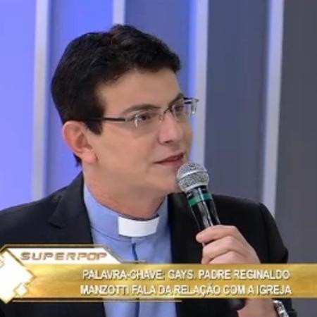 """Padre Reginaldo Manzotti no """"Superpop"""" - Reprodução/Rede TV!"""