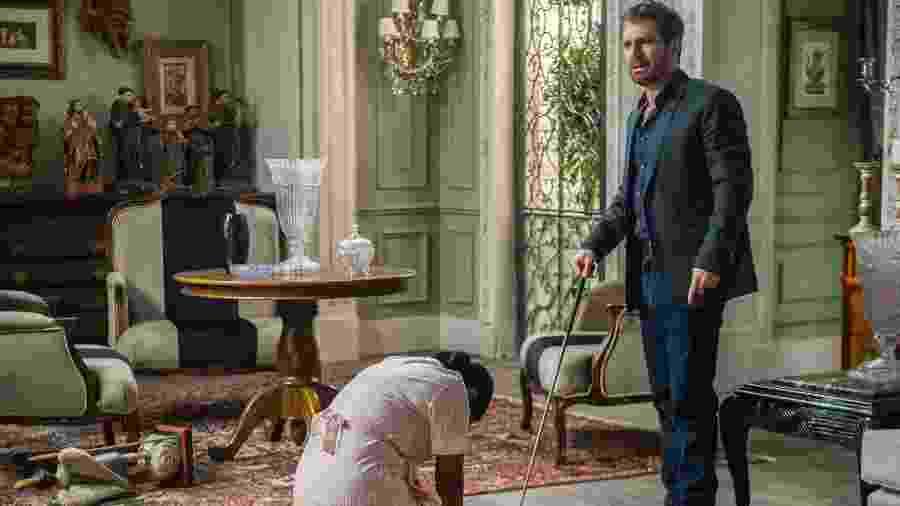 Zefa se ajoelha e implora o perdão do filho - Raquel Cunha/Globo