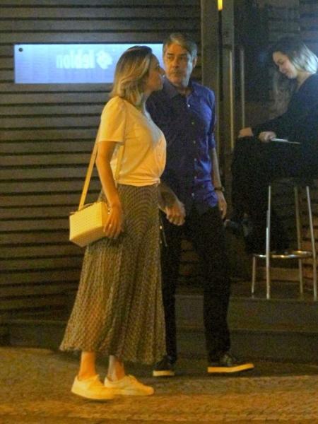 William Bonner e a noiva, Natasha Dantas, deixam restaurante no Rio de Janeiro - AgNews