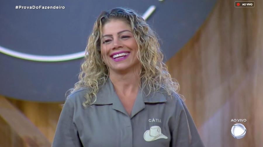 Catia Paganote ouve Marcos Mion explicar as regras da prova do fazendeiro  - Reprodução/RecordTV