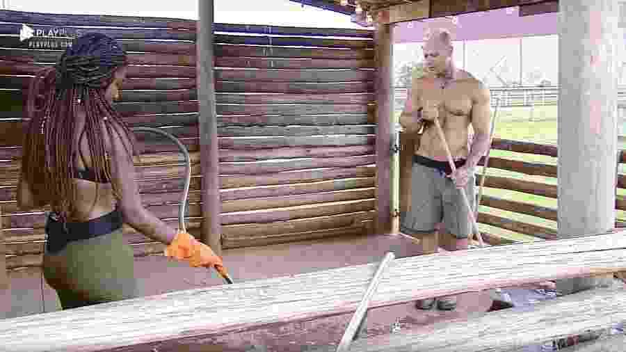 Luane Dias faz a limpeza do chiqueiro ao lado de Léo Stronda - Reprodução/PlayPlus