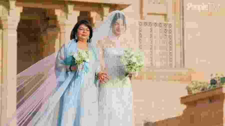 Priyanka Chopra chegando à cerimônia com a mãe, Madhu - Reprodução/People TV