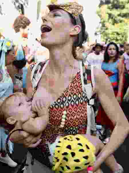 A foliã Tatiana amamenta a filha, Lina, durante a festa do bloco Céu na Terra. - Lucíola Vilela/UOL - Lucíola Vilela/UOL