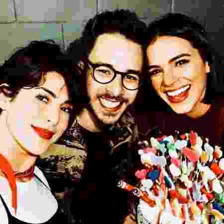 Bruna Marquezine com os amigos Giovanna Ewbank, Bruno Gagliasso e João Vicente de Castro no show de Sandy e Junior, no Rio - Reprodução / Instagram