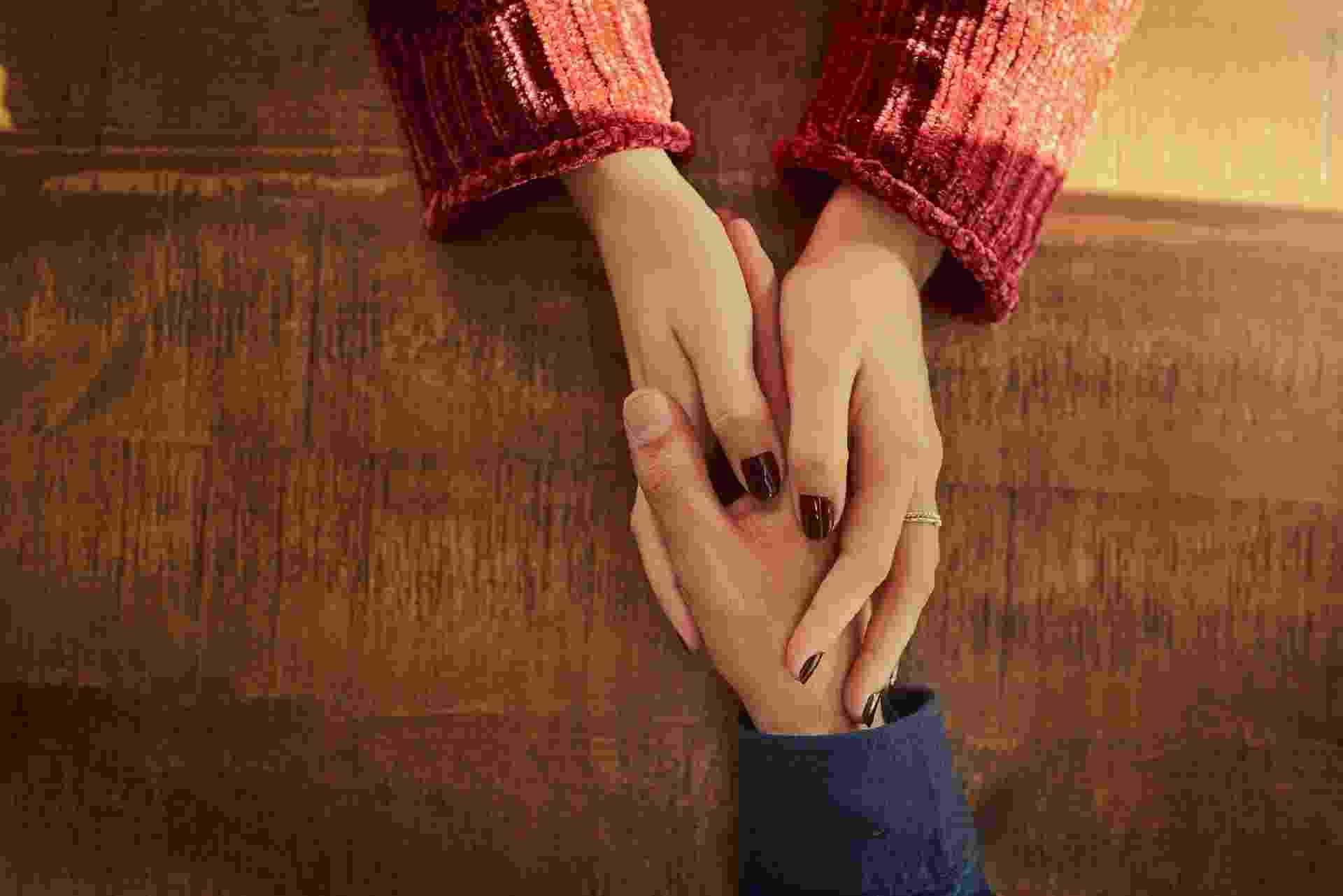 duas pessoas dando a mão, apoio, luto - iStock