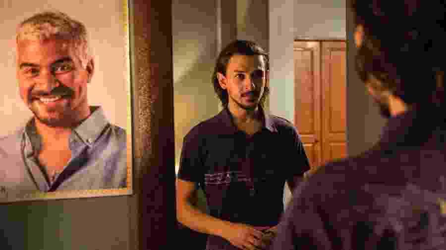 Elias pensa em se passar por Domênico para se aproximar de Ryan - Globo/Estevam Avellar