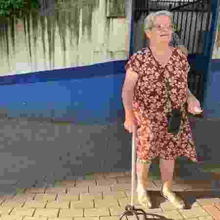 Maria Vasco contou com a ajuda de um vizinho para ir até o posto - Janaina Garcia/UOL