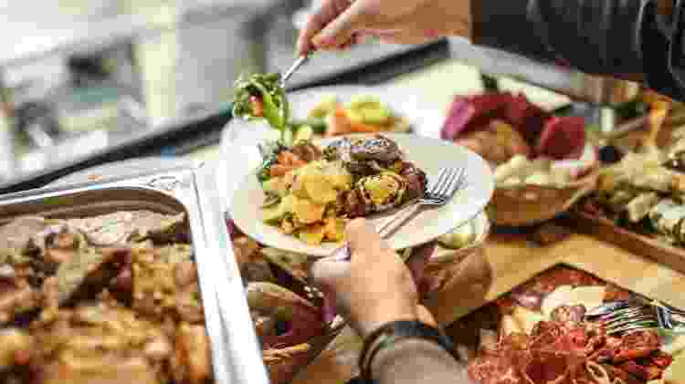 Filas, compartilhamento de talheres e clientes próximos aos alimentos: o serviço self-service não é possível na pandemia - Getty Images - Getty Images
