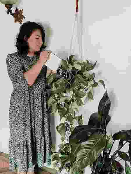 A artista têxtil carioca Estela de Andrade agua uma de suas plantas - Arquivo pessoal - Arquivo pessoal