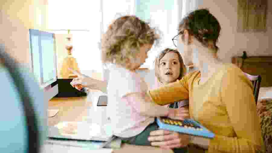 Pais com filhos abaixo dos quatro anos, a idade obrigatória para a frequência na educação infantil, estão optando por cancelar as matrículas das crianças - RyanJLane/Getty Images
