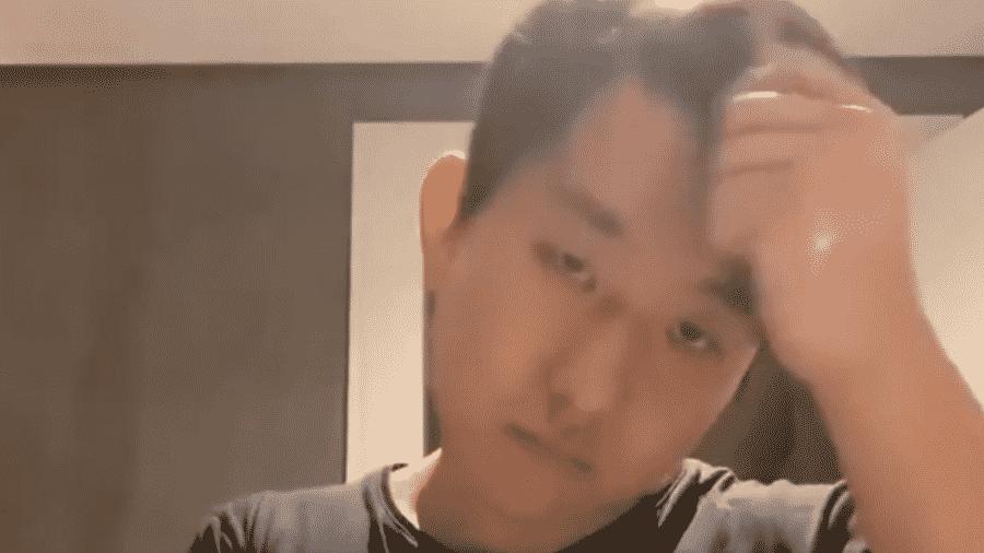 Pyong penteia a franja em performance artística nas redes sociais - Reprodução/Instagram
