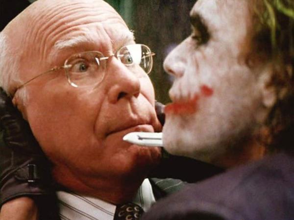 O senador Patrick Leahy em cena de 'Batman: O Cavaleiro das Trevas'