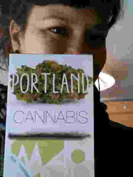 Dani Ishikawa com guia de cannabis de Portland - Arquivo pessoal - Arquivo pessoal