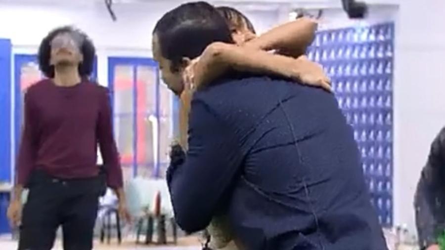 BBB 21: Gil abraça Thaís - Reprodução/Globoplay
