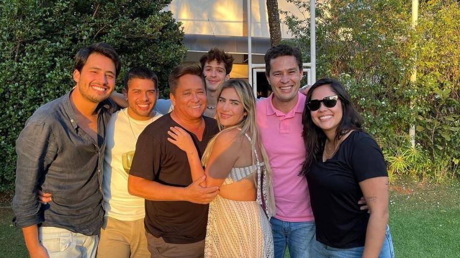 Leonardo posa com os filhos Matheus, Zé Felipe, João Guilherme, Jéssica, Pedro e Monyque em seu aniversário de 58 anos - Reprodução/Instagram