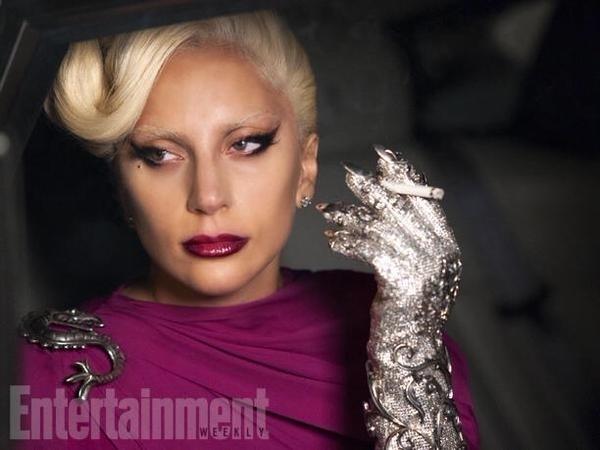 Lady Gaga mostra luva com garras em foto de