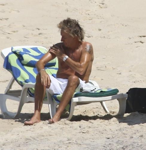 20.set.2015 - Rod Stewart passa protetor solar em domingo de sol em praia da zona sul do Rio de Janeiro. O músico é uma das principais atrações da terceira noite de Rock in Rio, que tem também Seal e Elton John