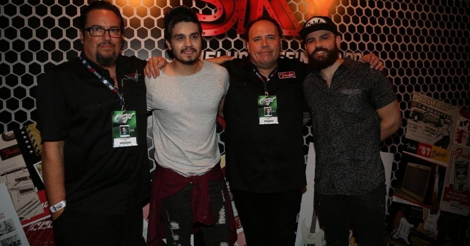 20.set.2015 - Luan Santana com os luthiers da Fender que fizeram uma guitarra para ele