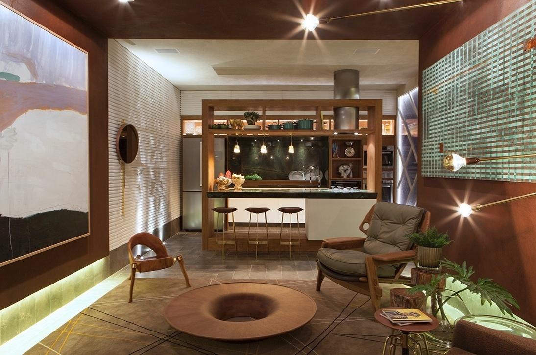 Nos móveis da sala e na bancada da cozinha - Victor Sarcinelli mostra no Flat Cosmopolita, da Casa Cor ES, como empregar a madeira em diversos pontos, sem