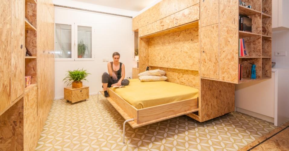 Na casa madrilenha, basta arrastar um dos módulos para a cozinha desaparecer e surgir um confortável quarto com 10 m². A cama embutida em um dos módulos ganha estabilidade, quando aberta, pelo uso de pés tubulares metálicos. O projeto faz parte da série Pequeñas Grandes Casas desenvolvida pelos arquitetos do escritório PKMN, na Espanha