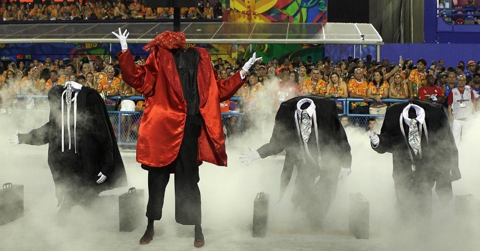 8.fev.2015 - Desfile da Mocidade Independente de Padre Miguel aborda Dom Quixote. O herói pensava encontrar um país tropical e exuberante, mas depara-se com os corruptos invisíveis