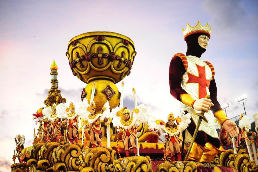 """13.fev.2016 - Império de Casa Verde foi campeã do Carnaval de São Paulo com o tema """"Império dos Mistérios"""""""