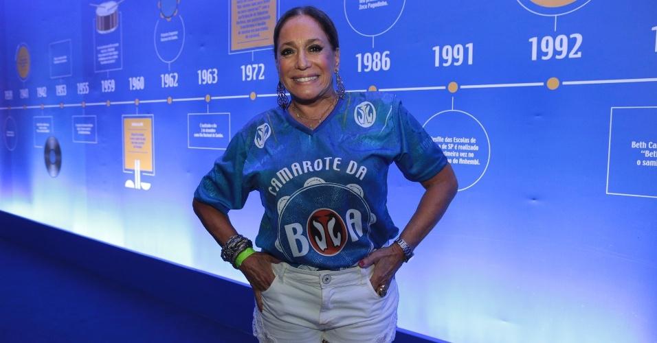 13.fev.2016 - Aos 73 anos, Susana Vieira vai de shortinho branco curtir o desfile das campeãs na Sapucaí