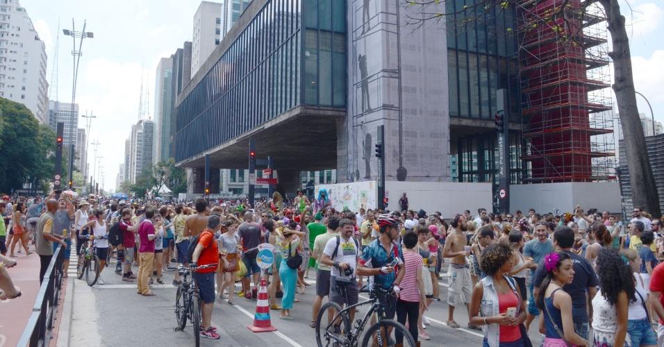 14.fev.2016 - Centenas de foliões acompanham bloco de carnaval que desfila pela Avenida Paulista