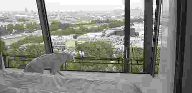 Vista de um dos quartos montados dentro da torre Eiffel, em Paris - Divulgação/HomeAway - Divulgação/HomeAway
