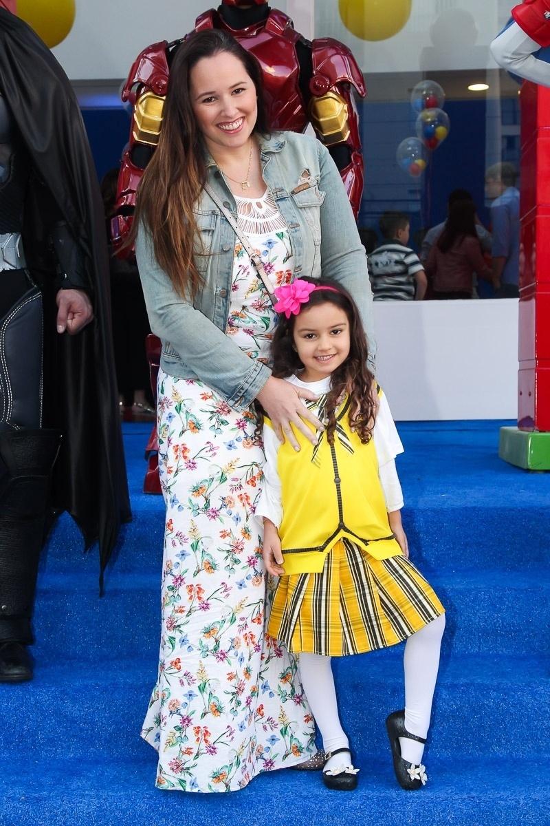 13.ago.2016 - A cantora Mariana Belém, filha de Fafá de Belém, chega para o aniversário de 5 anos de Arthur com a sua filha, Laura