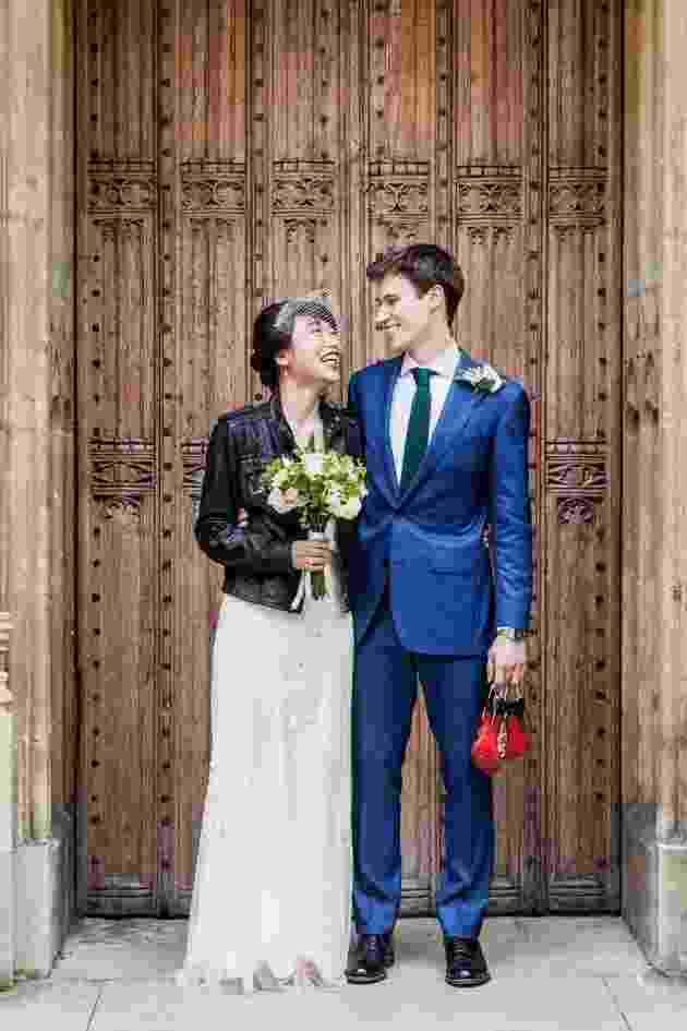 Inspiração para usar jaqueta de couro com o vestido de noiva - Divulgação/Charlotte Hu Photography